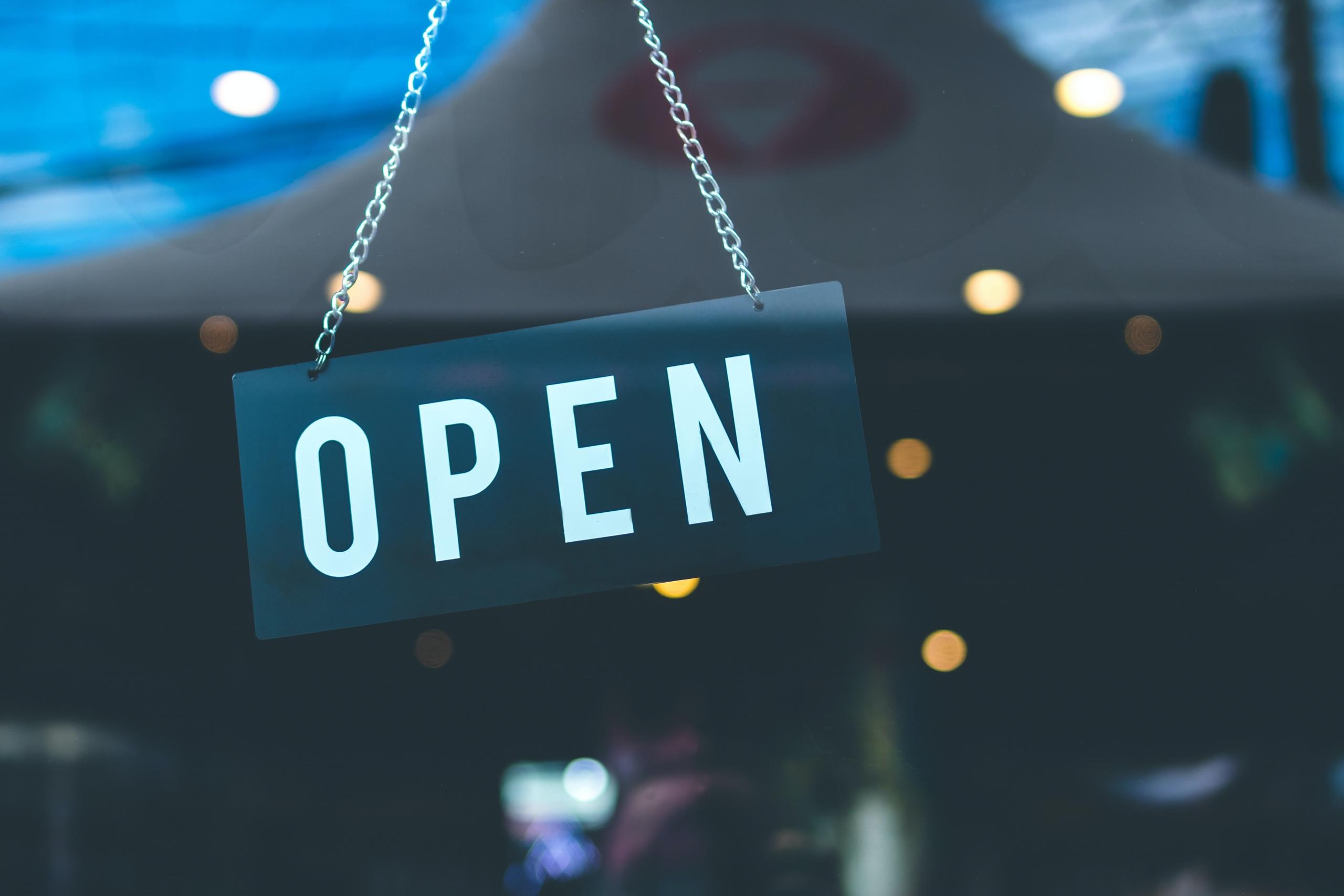 Skilt der viser, at butikken er åben