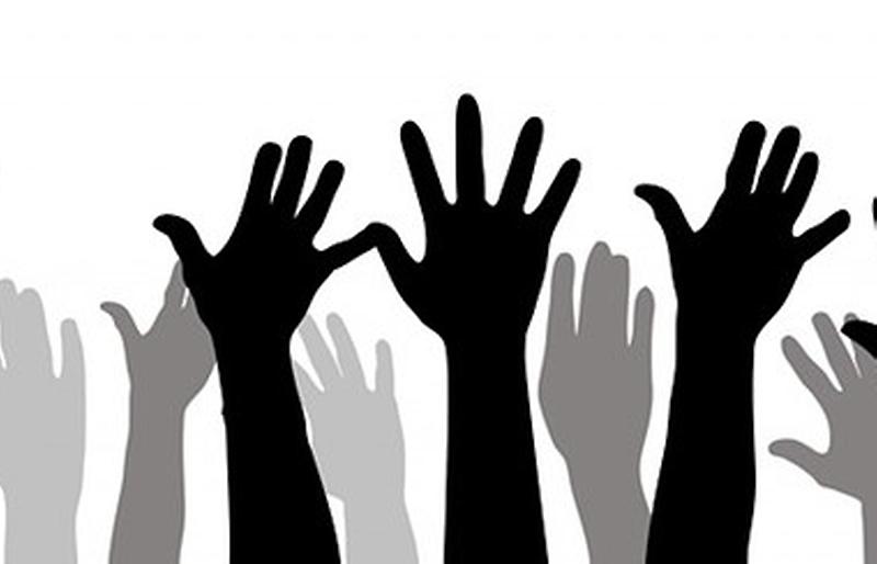 hænder der rækker op